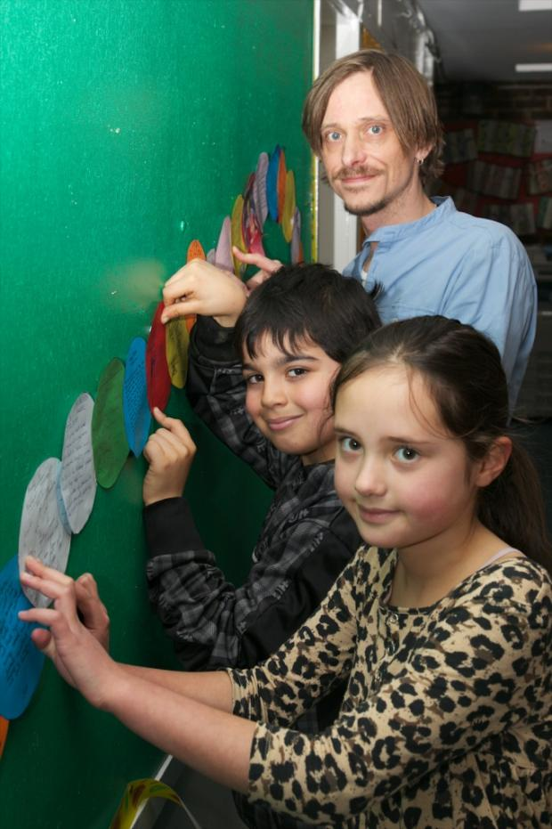 Mackenzie Crook and pupils at Mill Hill Primary School